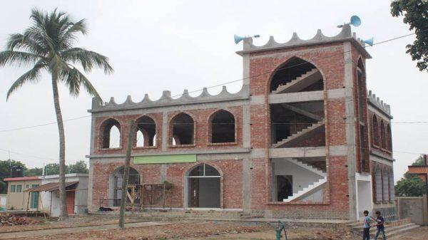 ব্যতিক্রম ও দৃষ্টিনন্দন মসজিদ নির্মিত হচ্ছে গাংনীর জোরপুকুরে
