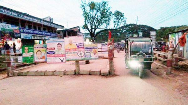 খুলনা-কুষ্টিয়া মহাসড়কের ঝিনাইদহ শহরের হামদহহে ব্রিজ ফেটে দেবে গেছে, ঝুঁকি নিয়ে চলছে যানবাহন
