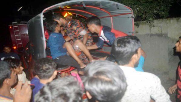 কুষ্টিয়া থানাপাড়ায় গ্যাস সিলিন্ডার বিস্ফোরণে বসত ঘরে আগুন : আহত দুই