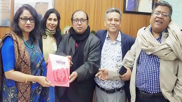 জাতীয় প্রেসক্লাবের সাধারণ সম্পাদককে কুষ্টিয়া প্রেসক্লাব কেপিসি'র স্মরণিকা প্রদান
