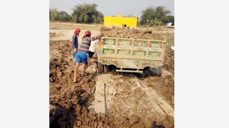 জেলা প্রশাসকের সাঁড়াশী অভিযান, খোকসায় অবৈধ বালি দস্যুরা পালিয়েছে