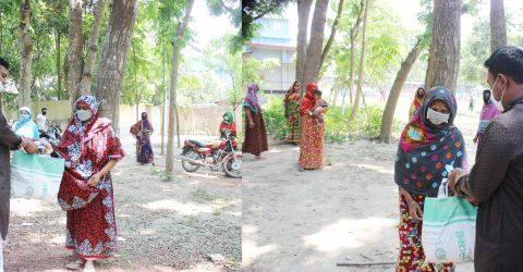 বাড়ী বাড়ী গিয়ে খাদ্য সামগ্রী পৌছে দিচ্ছেন ছাত্রলীগ নেতা