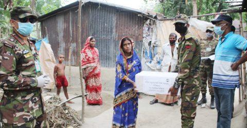 শৈলকুপায় হত দরিদ্রদের বাড়ীতে খাদ্য সামগ্রী নিয়ে সেনাবাহিনী