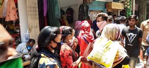 দৌলতপুরের বাজার গুলি স্বল্প পরিসরে খোলার কথা থাকলেও মানছেনা নির্দেশ